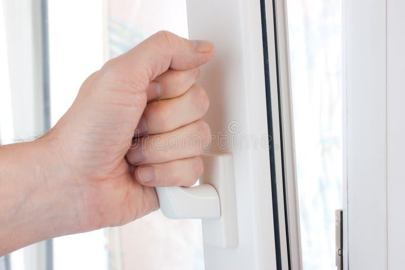 la mano apre la finestra fotografia stock