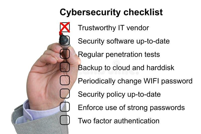 La mano cancella il primo oggetto di una lista di controllo di cybersecurity royalty illustrazione gratis