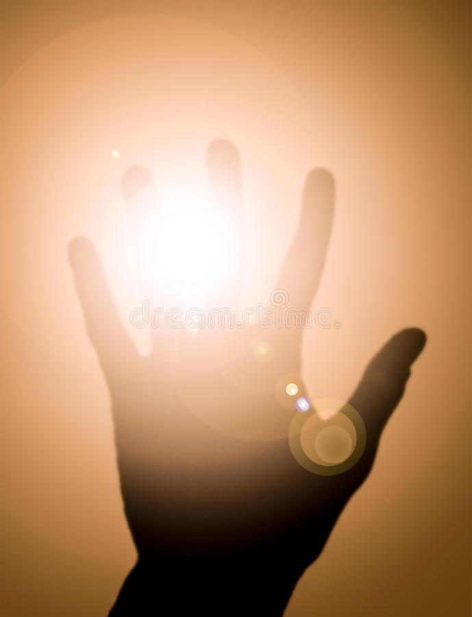 La mano chiude la luce fotografia stock
