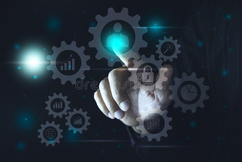La mano clicca sopra il bottone virtuale dello schermo attivabile al tatto Bottoni moderni di stampaggio a mano Concetto di tecno immagini stock