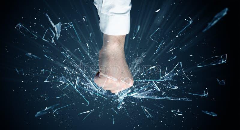 La mano colpisce intenso e rompe i vetri immagine stock libera da diritti