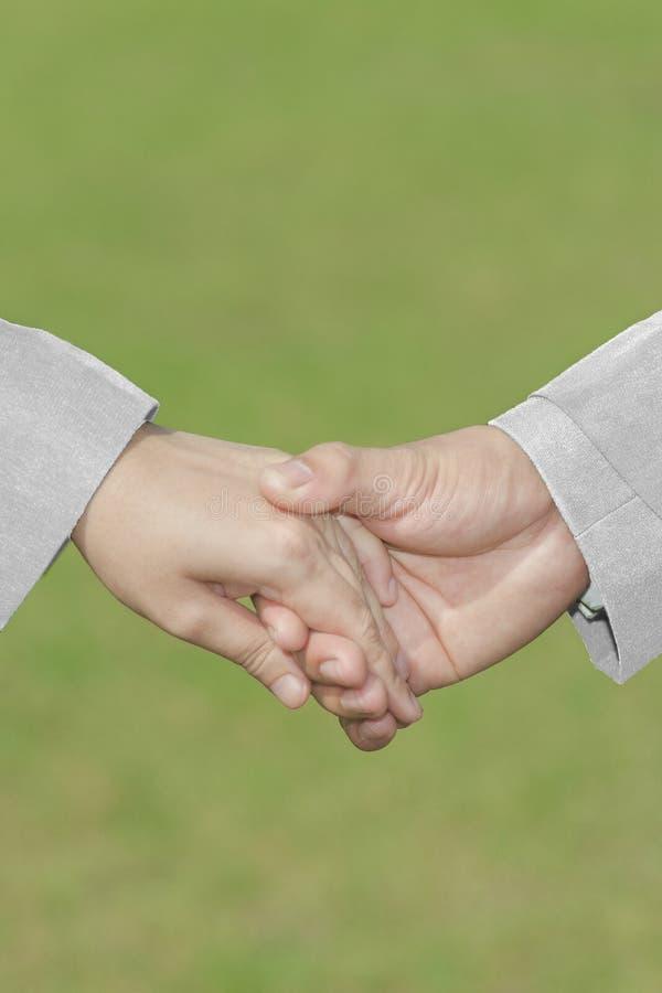 La mano con amore bianco di Dress&Suit, Se della sposa della tenuta della mano dello sposo fotografie stock