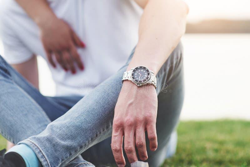 La mano con el reloj, estilo libre de los hombres imagenes de archivo