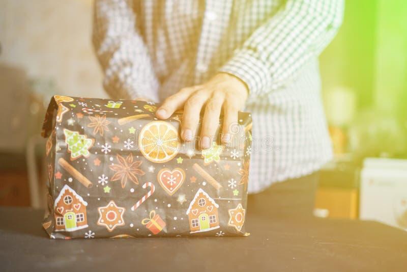 La mano da a regalo del Año Nuevo la actual caja f imágenes de archivo libres de regalías