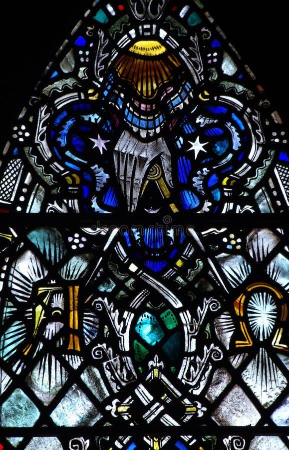 La mano de dios en vitral: el principio y el extremo fotografía de archivo