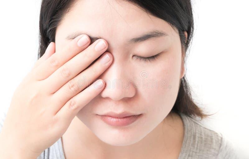 La mano de la mujer cierra ojos con dolor de ojo, atención sanitaria y el co médico imagenes de archivo