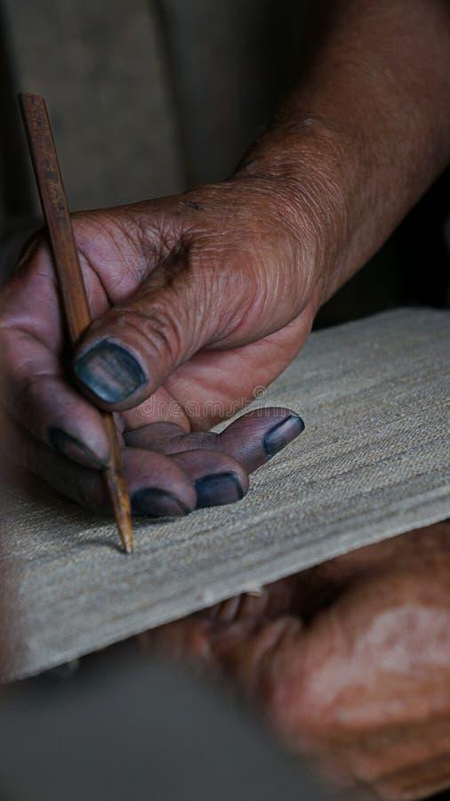 La mano de la mujer tejía el trabajo en SAPA, Vietnam del arte imagen de archivo libre de regalías