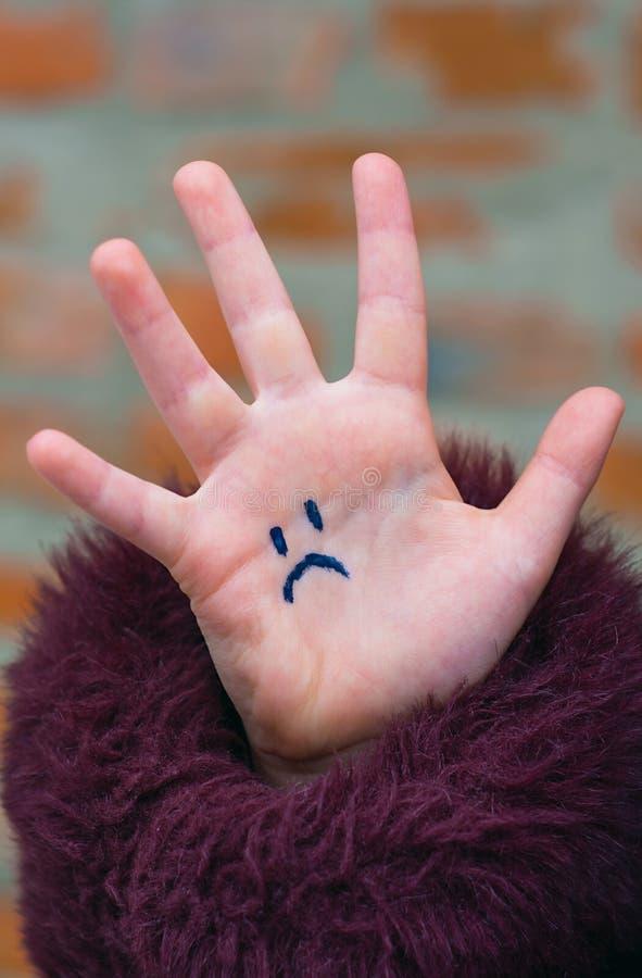 La mano de los niños tristes imagenes de archivo