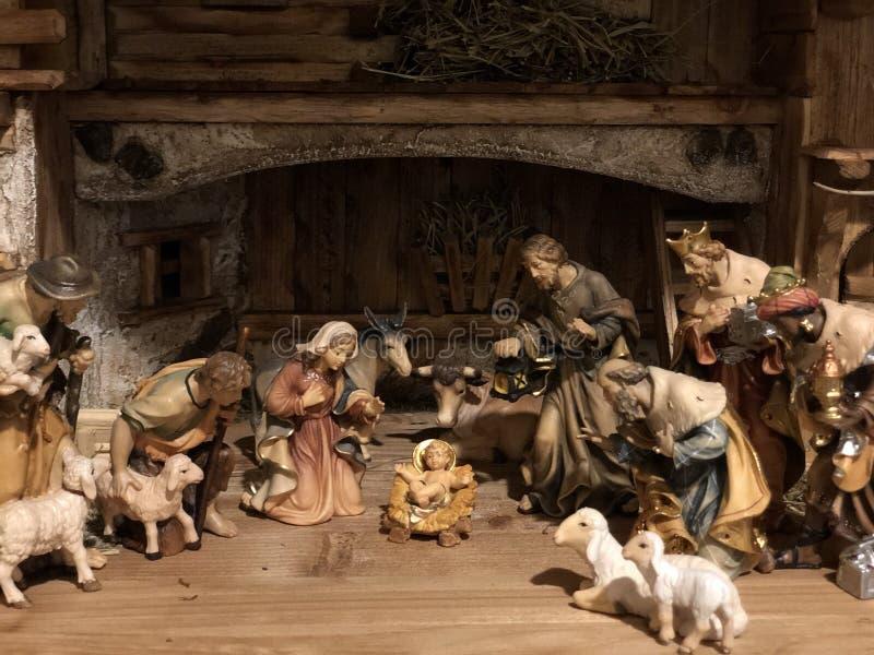 La mano de madera de la escena alemana pintoresca de la natividad talló con el bebé Jesus Blessed Virgin Mary Saint José imagen de archivo libre de regalías