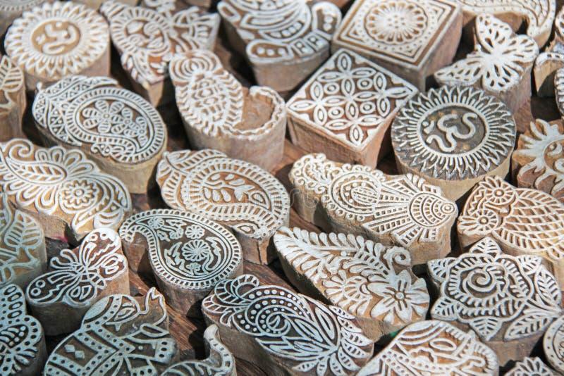 La mano de madera de los bloques de impresión de los sellos talló por los artesanos en la India La alheña sella para adornar el c fotografía de archivo