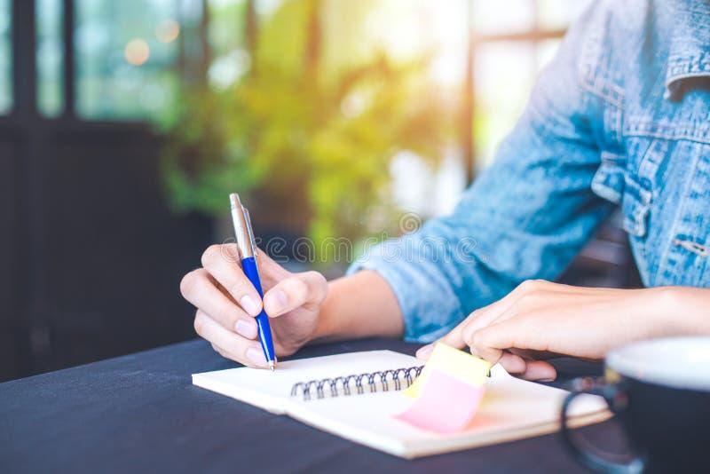 La Mano De La Mujer Está Escribiendo En Un Cuaderno De Notas Con Una ...