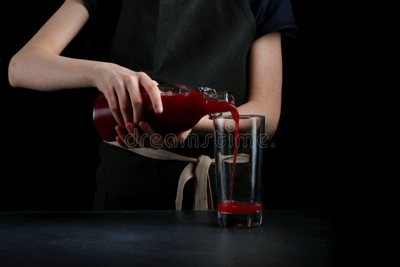 La mano de la mujer hace el cóctel cerca para arriba Bebida del verano imágenes de archivo libres de regalías