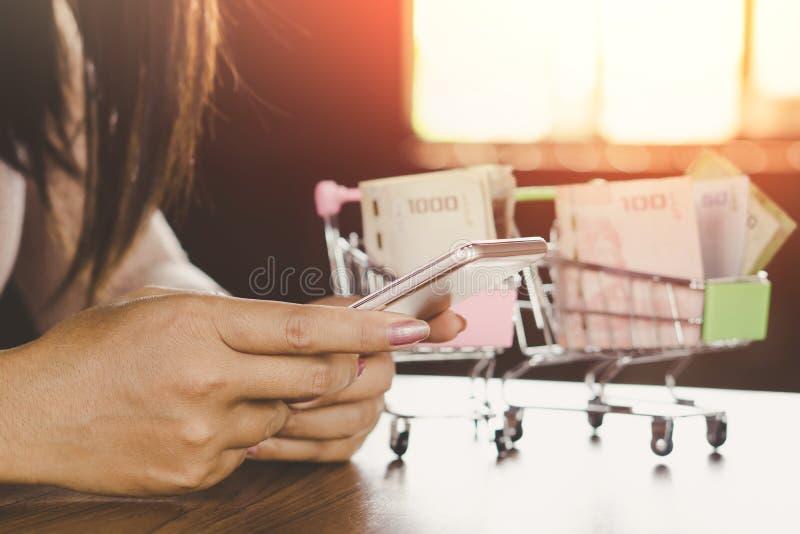 La mano de la mujer usando smartphone conecta con Internet para hacer compras en línea en el uso fotos de archivo