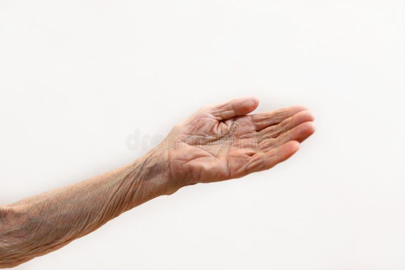 La mano de la señora mayor La señora mayor está esperando ayuda Concepto mayor con el fondo ligero fotografía de archivo libre de regalías