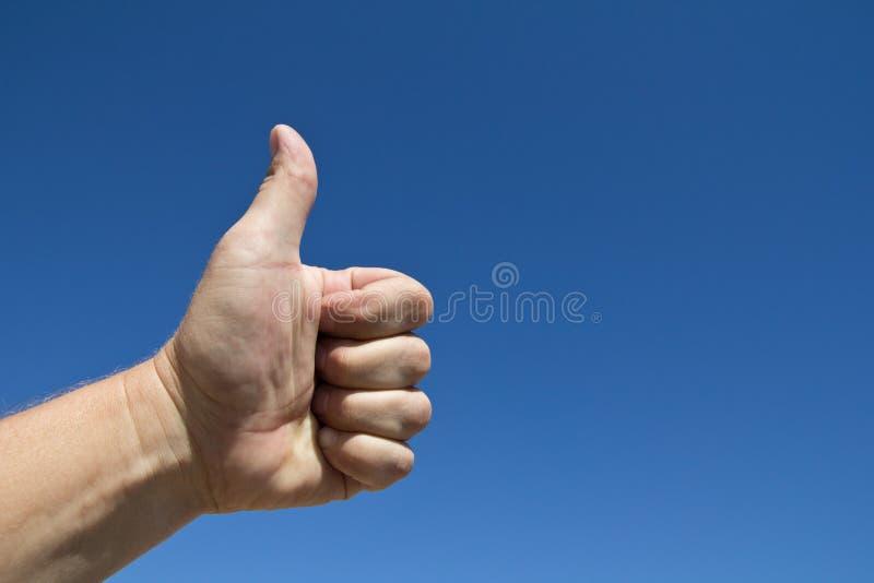 La mano de un hombre con los pulgares sube gesto foto de archivo
