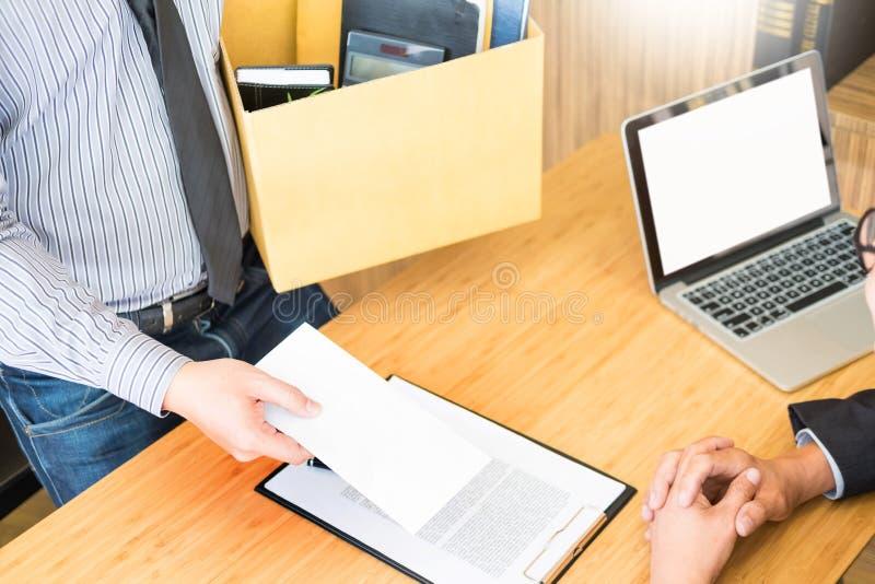La mano de un hombre de negocios entrega un remu final de la carta de dimisión fotografía de archivo