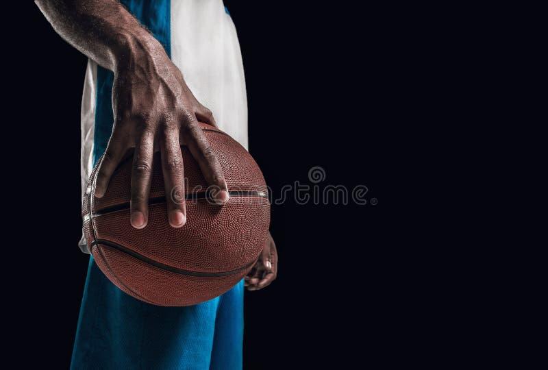 La mano de un jugador de básquet con la bola imagenes de archivo