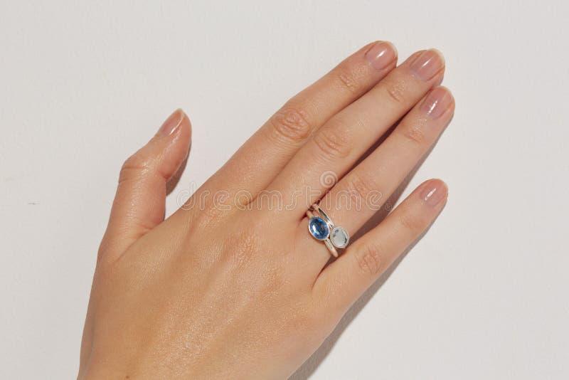 La mano de una mujer con el anillo blanco fotos de archivo libres de regalías