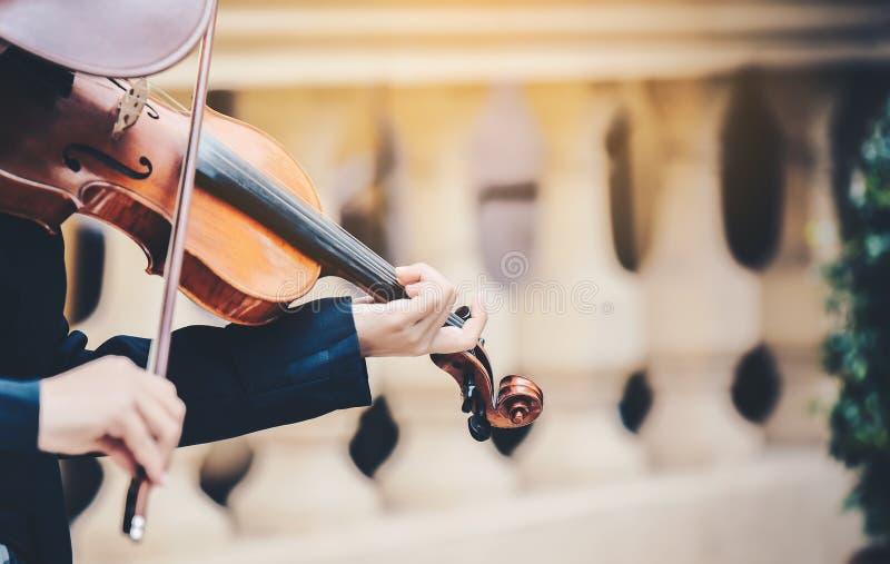 La mano de una mujer que toca el violín imagenes de archivo