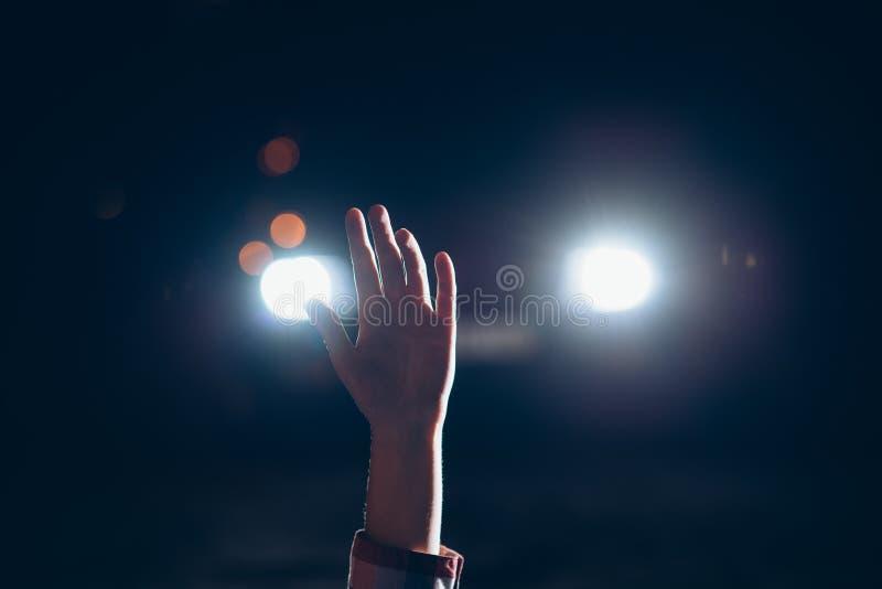 La mano de la víctima femenina dura para arriba, maniaco fotografía de archivo libre de regalías