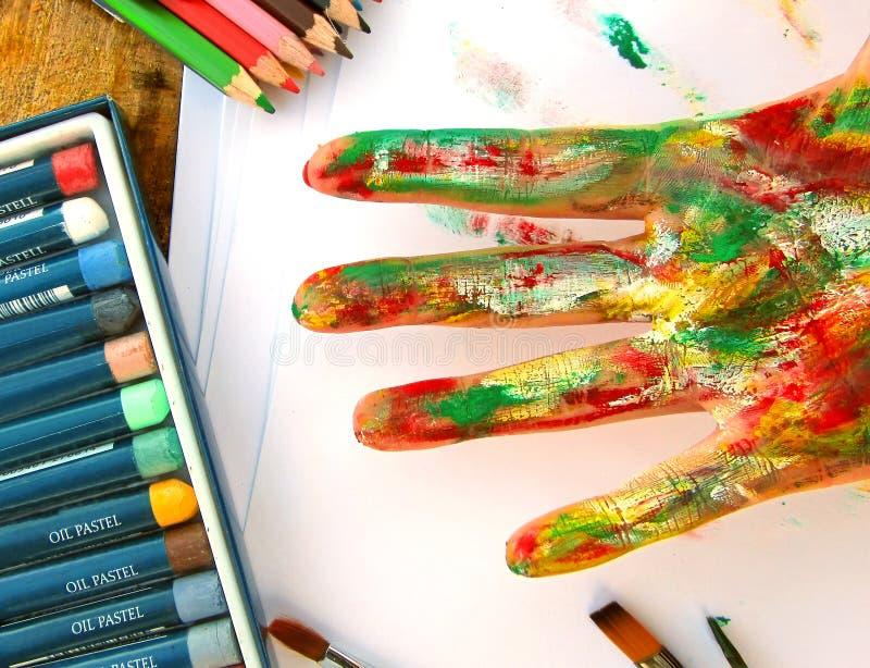 La mano del artista y herramientas de dibujo foto de archivo libre de regalías