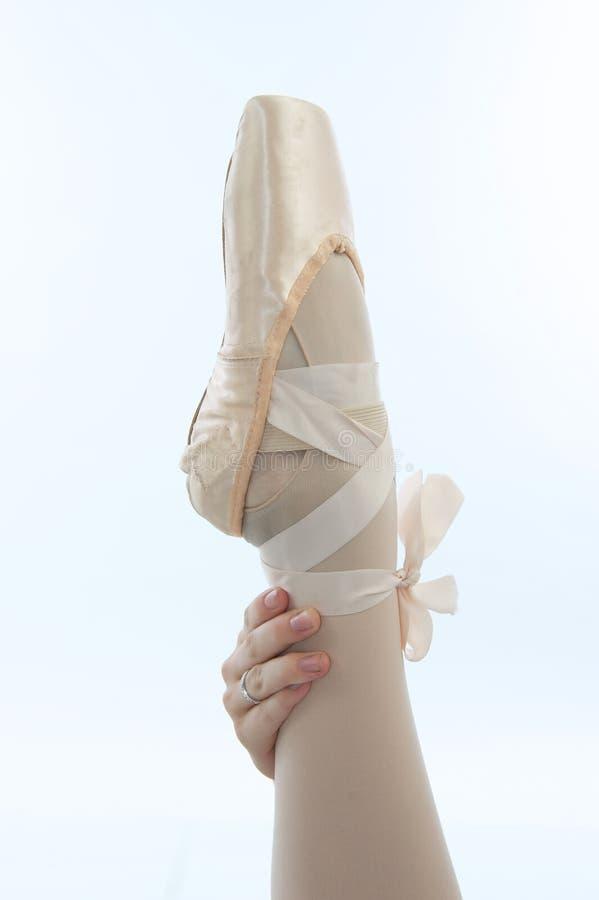 La mano del ballerino di balletto con la gamba e la pantofola fotografie stock libere da diritti