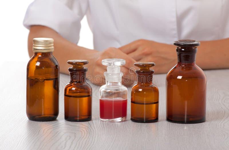 La mano del doctor con las botellas de medicina fotos de archivo