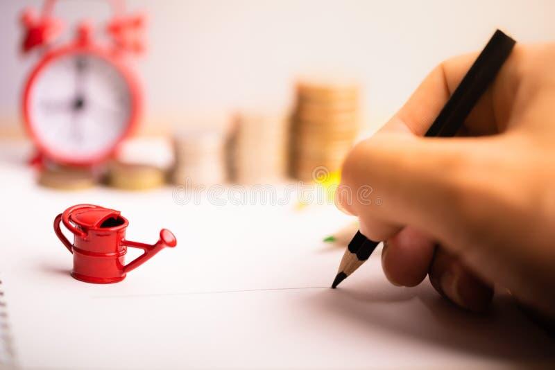 La mano del hombre con la escritura del lápiz en el cuaderno foto de archivo libre de regalías