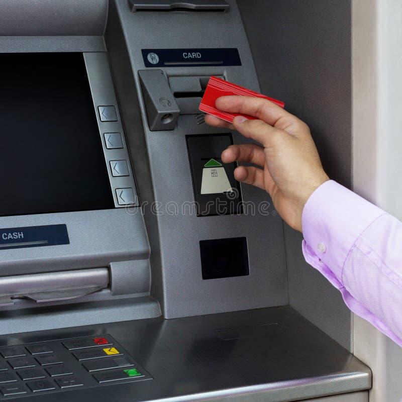 La mano del hombre de negocios puso su tarjeta de crédito en la atmósfera imágenes de archivo libres de regalías