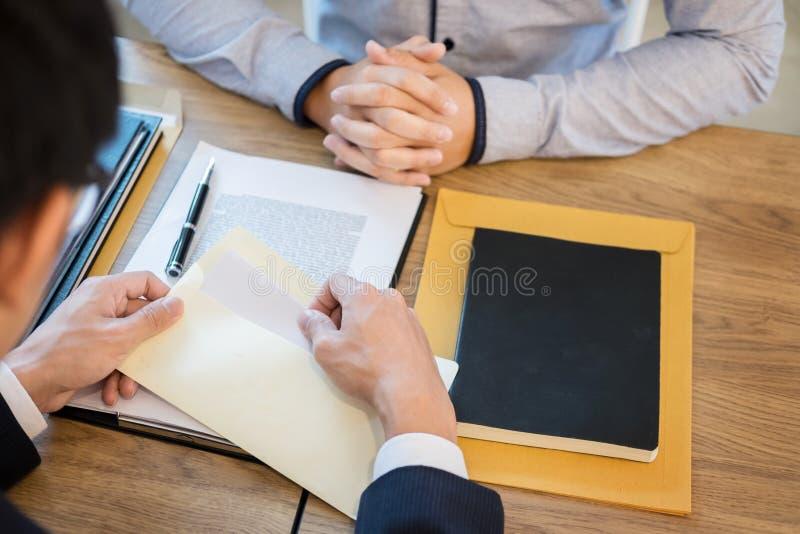 La mano del hombre de negocios que enviaba una carta de dimisión al trabajador despedido el jefe ejecutivo abandonó hacia fuera d fotos de archivo
