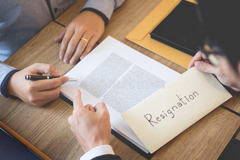 La mano del hombre de negocios que enviaba una carta de dimisión al trabajador despedido el jefe ejecutivo abandonó hacia fuera d foto de archivo