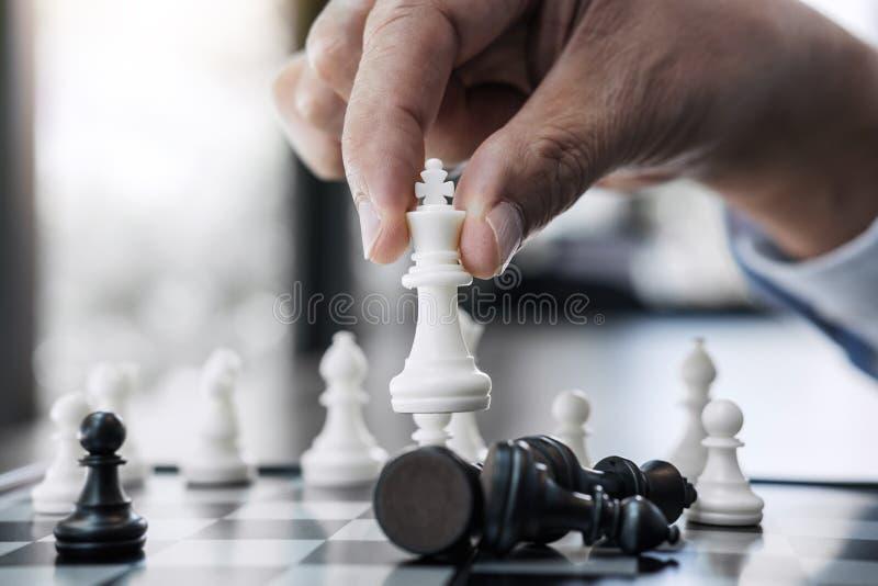 La mano del hombre de negocios que juega al juego de ajedrez plan de la estrategia del análisis del desarrollo al nuevo, al líder fotos de archivo libres de regalías