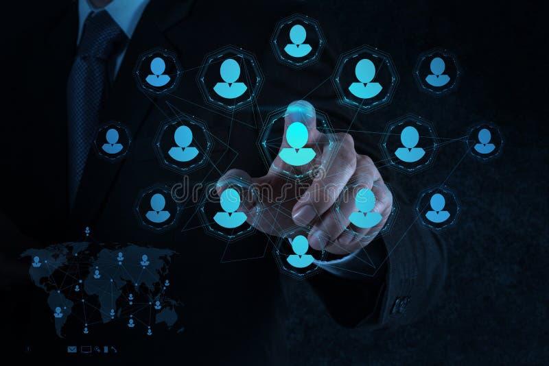 La mano del hombre de negocios señala recursos humanos, CRM y medios sociales imágenes de archivo libres de regalías