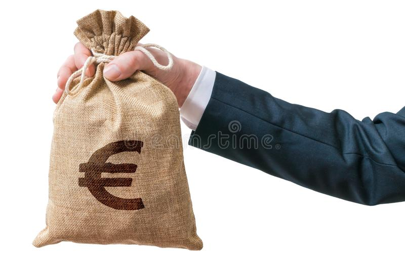 La mano del hombre de negocios sostiene el bolso lleno de dinero con la muestra euro imagenes de archivo