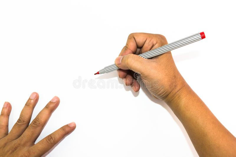 La mano del hombre está dibujando con el rotulador rojo imagen de archivo