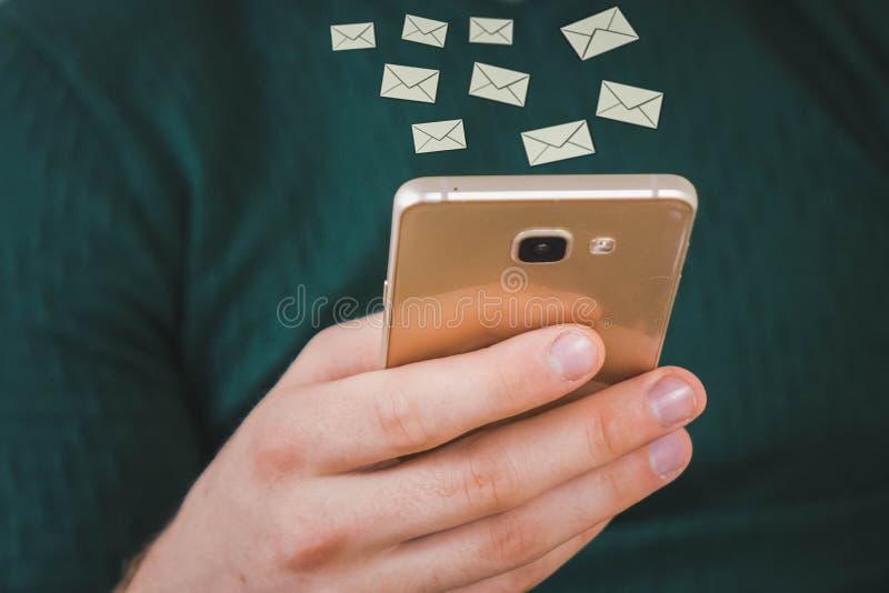 la mano del hombre usando smartphone 1 correo electrónico recibe el icono de la notificación surge en la pantalla del teléfono mó fotografía de archivo