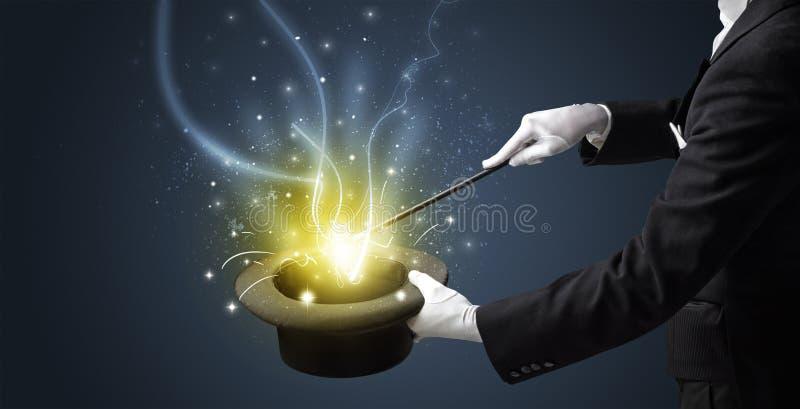 La mano del mago conjura milagro del cilindro foto de archivo