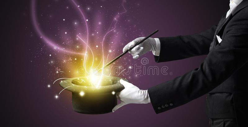 La mano del mago conjura milagro del cilindro imágenes de archivo libres de regalías