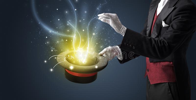 La mano del mago conjura milagro del cilindro imagen de archivo libre de regalías
