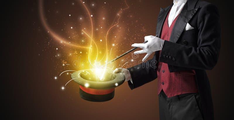 La mano del mago conjura milagro del cilindro fotografía de archivo