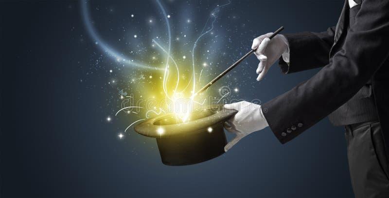 La mano del mago evoca il miracolo dal cilindro immagine stock libera da diritti