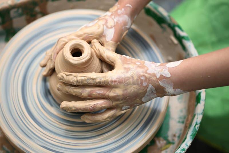 La mano del niño hace cerámica imagen de archivo libre de regalías