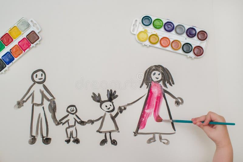 La mano del ` s del bambino dipinge una famiglia felice immagine stock libera da diritti