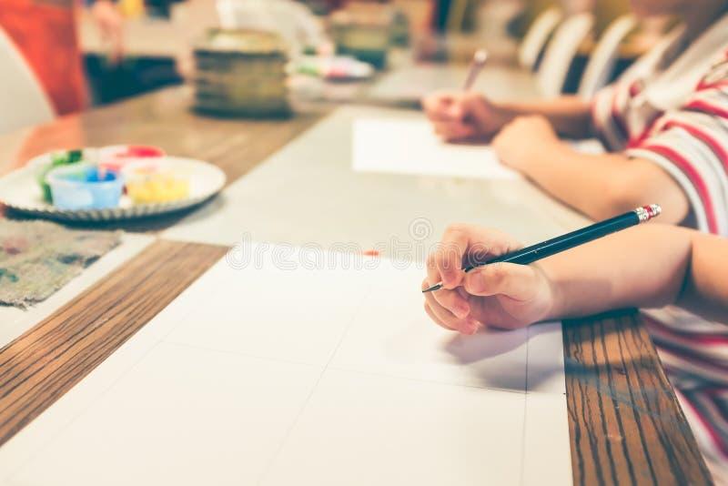 La mano del ` s dei bambini prepara attingere la classe di arte Filte d'annata del film fotografie stock libere da diritti