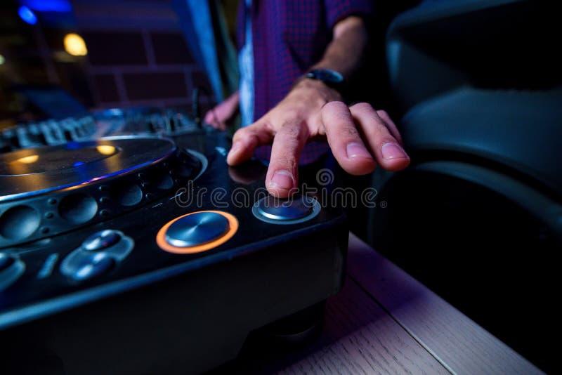 La mano del ` s del hombre con el reloj presiona el botón del keypa de DJ foto de archivo libre de regalías