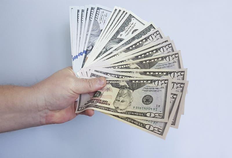La mano del ` s del hombre guarda el dinero, dólares cientos conceptos fotografía de archivo libre de regalías