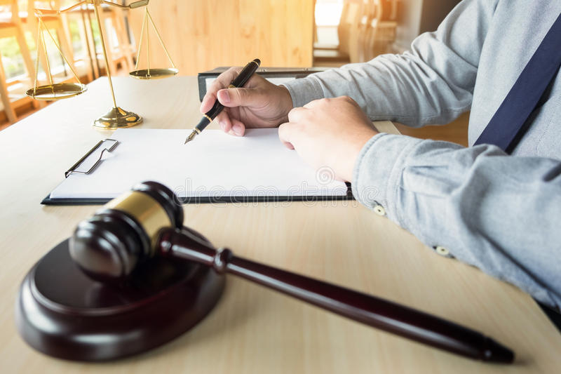 la mano dell'avvocato scrive il documento in tribunale & x28; giustizia, law& x29; immagini stock