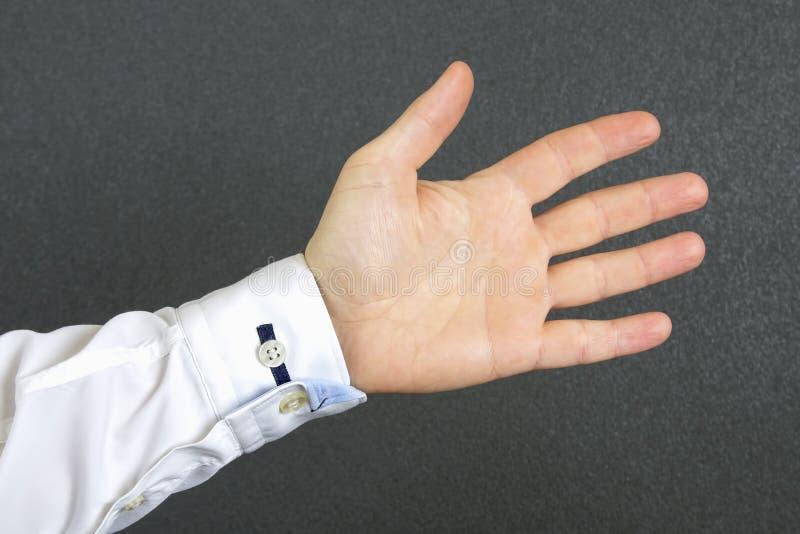La mano dell'uomo aperto in una camicia immagini stock libere da diritti