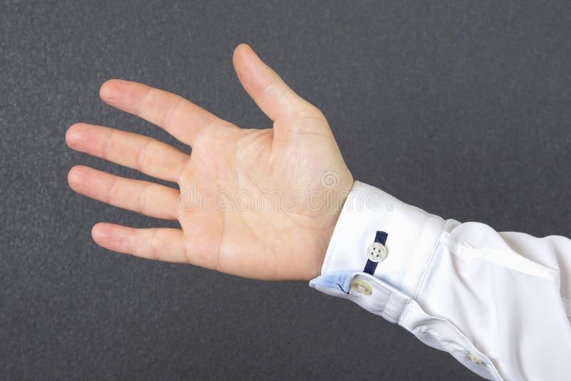 La mano dell'uomo aperto in una camicia fotografie stock libere da diritti