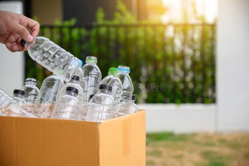 la mano dell'uomo che mette la riutilizzazione di plastica per il riciclaggio del mondo di protezione dell'ambiente di concetto r fotografie stock libere da diritti